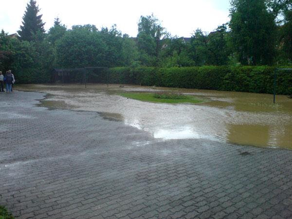 Überfluteter Hof (Foto: Max H.)