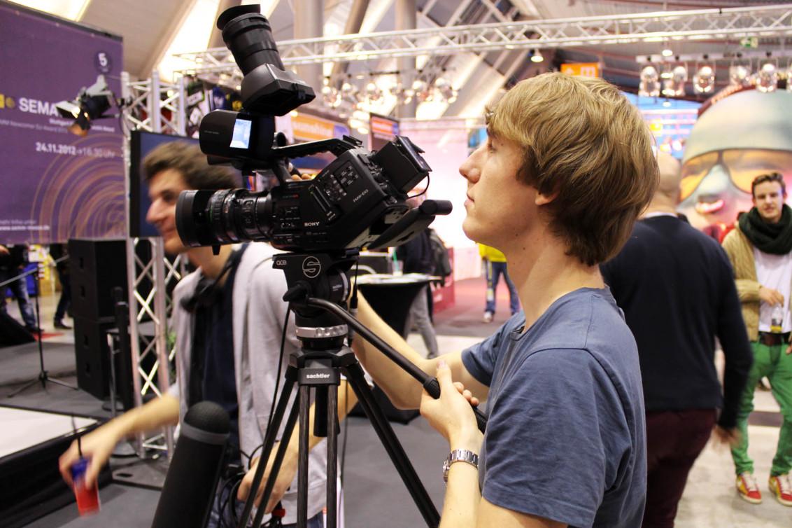 Tilo filmt bei der Verleihung des SEMA Newcomer DJ Award